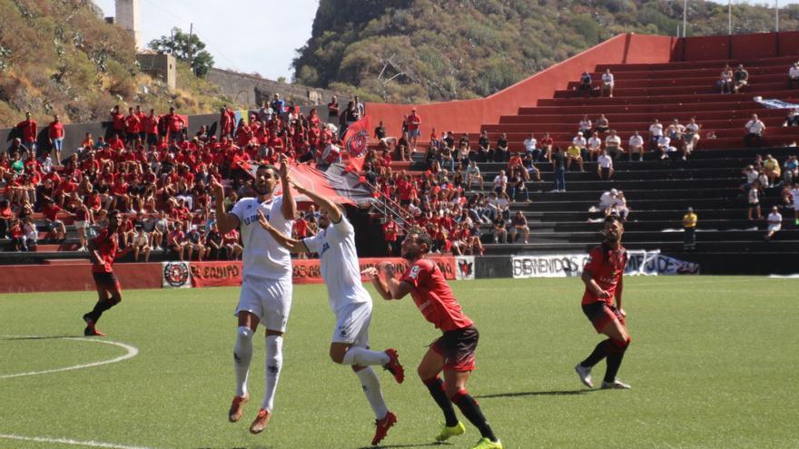 El CD Mensajero venció a la SD Tenisca por 2-1. Foto: JOSÉ AYUT.