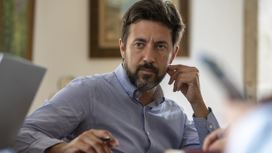El candidato de la coalición Galicia en Común, Antón Gómez-Reino, durante la entrevista.