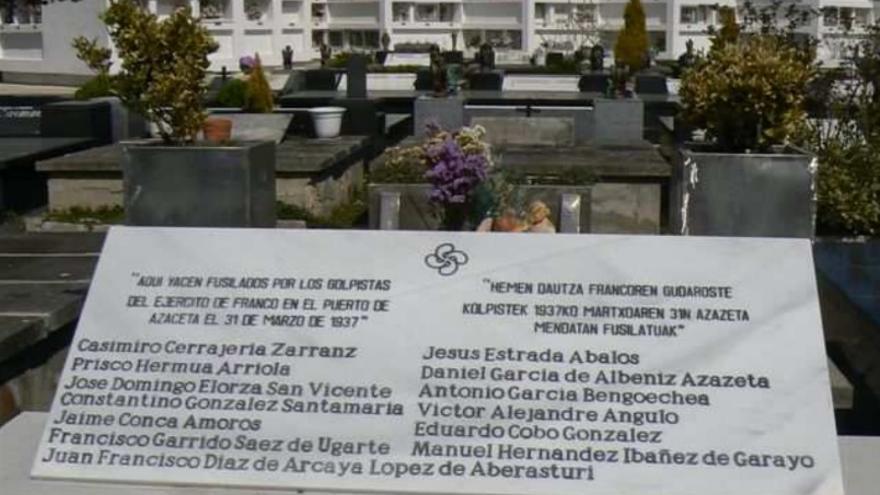 Lápida que recuerda a trece de los alaveses asesinados en Azazeta