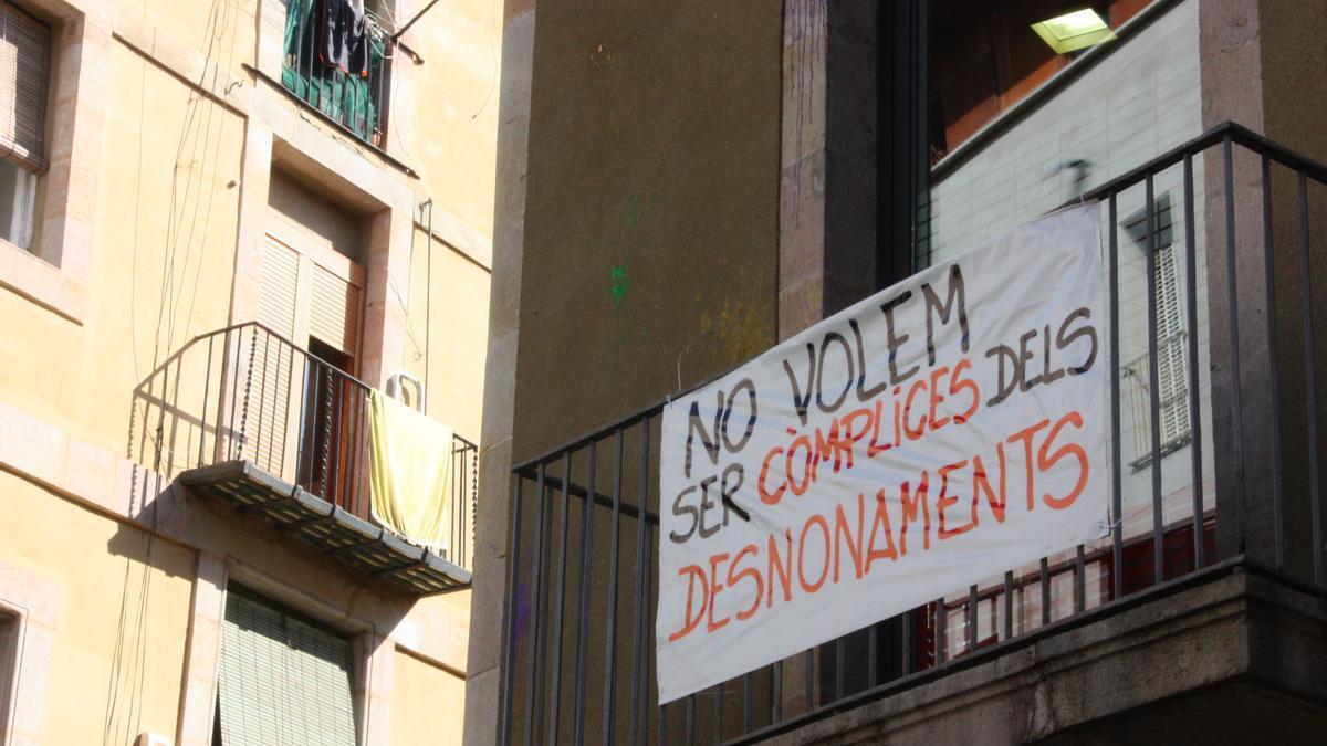 Pancarta antidesahucios en Barcelona