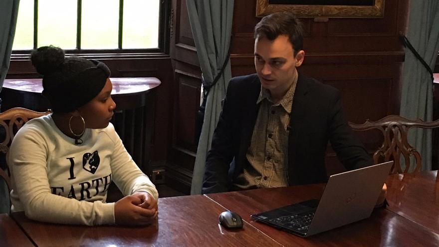 Genesis Butler hablando con Joseph Poore en la Universidad de Oxford