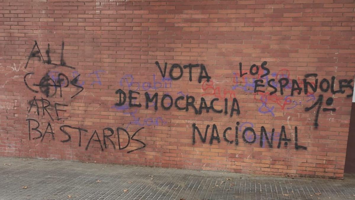 Una pintada a favor de Democracia Nacional en un bloque de Las Moreras.