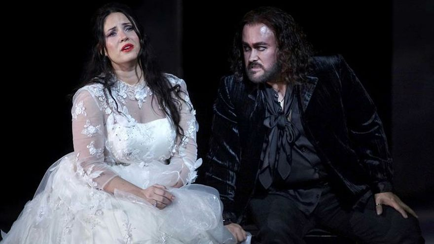 """El tenor mexicano Javier Camarena (d), junto a la soprano Sonya Yoncheva, durante el ensayo de ayer en el papel """"más complicado"""" que le ha tocado en su trayectoria, el de Gualtiero, uno de los protagonistas de la ópera """"El pirata"""" de Bellini, que se estrena esta noche en el Teatro Real."""