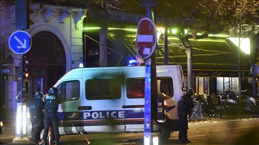 La policía acordona el centro de París ante una toma de rehenes