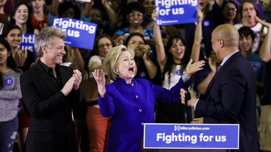 """Clinton y Bon Jovi se apuntan al """"desafío del maniquí"""" para pedir el voto"""