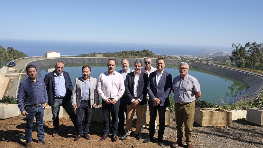 Foto de familia tras la visita a la infraestructura de almacenamiento de agua en Guía de Gran Canaria