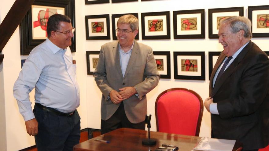 El artista Sergio Gil junto al alcalde de San Bartolomé de Tirajana, Marco Aurelio Pérez, y el Diputado del Común, Jerónimo Saavedra.