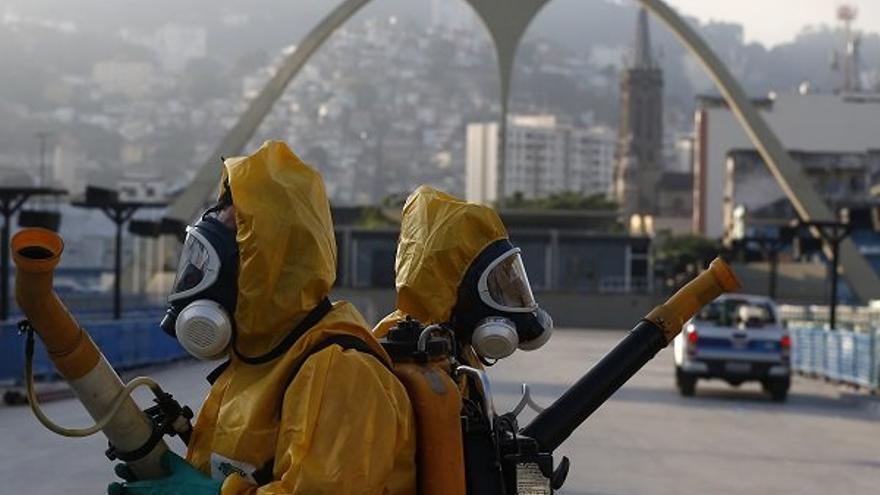 Agentes de sanidad rocían insecticida para combatir la epidemia de zika en Brasil