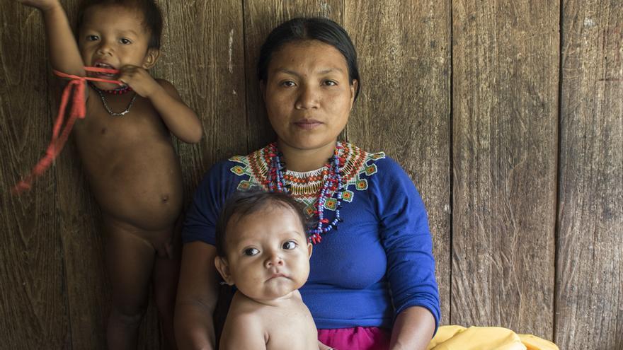 Una de les dones embera a Colòmbia que ja no ha pracitciat l'ablació a la seua filla.