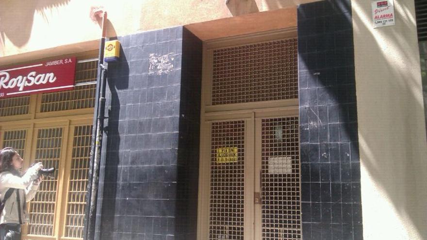 Imagen de la fachada del edificio donde vivía el hombre que se ha suicidado cuando iba a ser desahuciado. (Foto: J. Mumbrú)