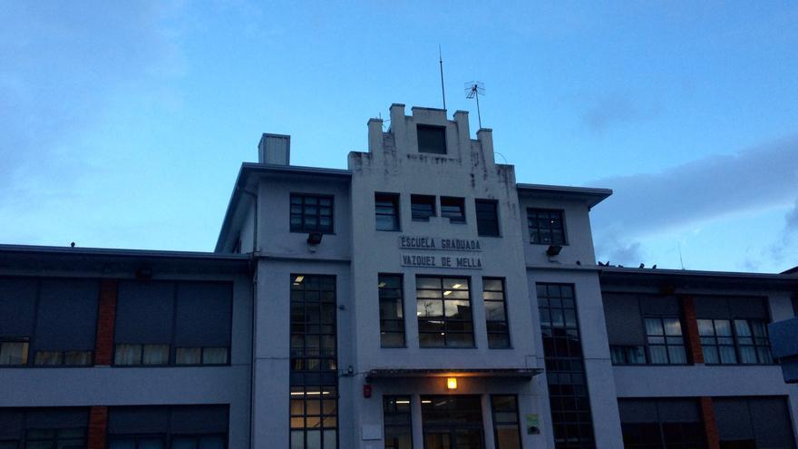 La fachada del colegio público Vázquez de Mella de Pamplona, obra de Serapio Esparza.