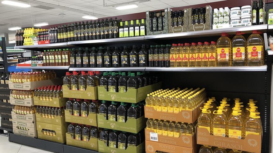 Un linea de distintos tipos de aceites en un supermercado Mercadona.