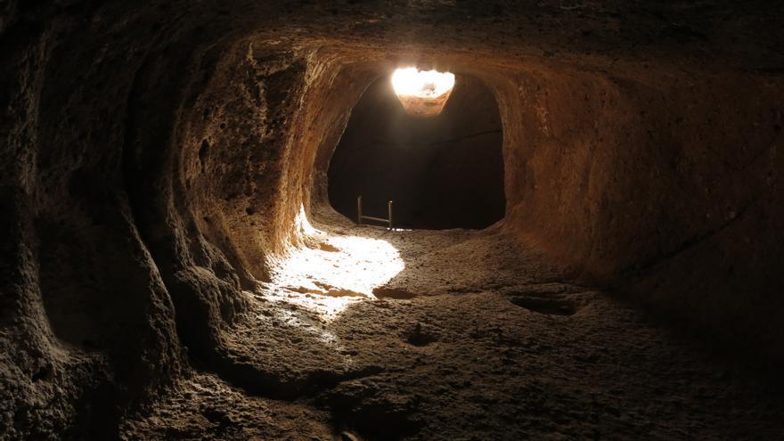 Imagen desde el interior de la cámara superior del Templo Astronómico de Tara en el Equinoccio de Primavera. La luz se desplaza por el suelo hacia el exterior, después de iluminar toda la cámara.