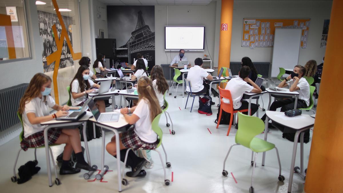 Aula con escolares en plena pandemia de coronavirus