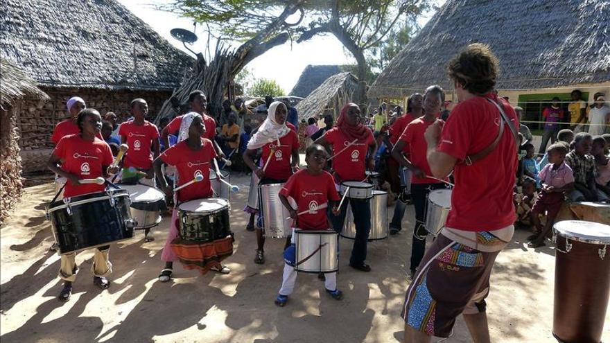 Los tambores de convivencia de los niños kenianos se unen a la música europea