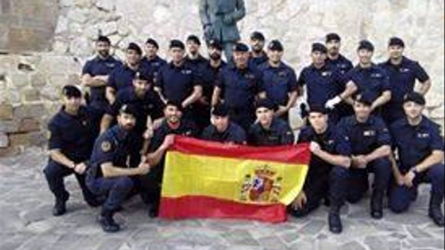 Agentes del Grupo de Reserva y Seguridad de la Guardia Civil posan en Melilla frente a la estatua de Franco.