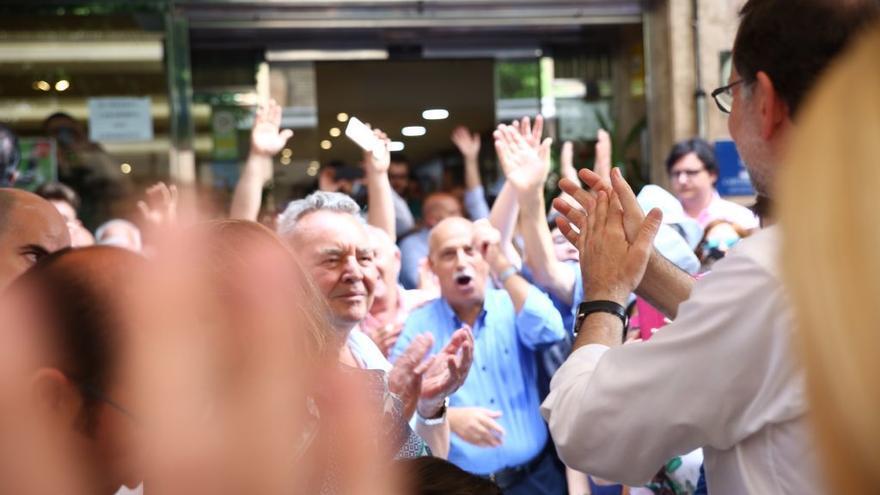 Mariano Rajoy aplaude a unos pensionistas en Molina del Segura (Murcia). / PP
