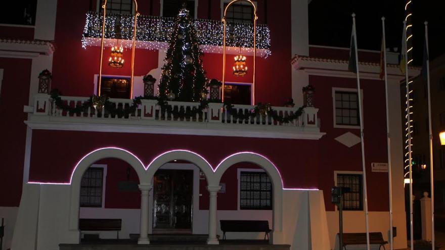 Fachada del edificio del Ayuntamiento de El Paso adornado con motivos navideños.