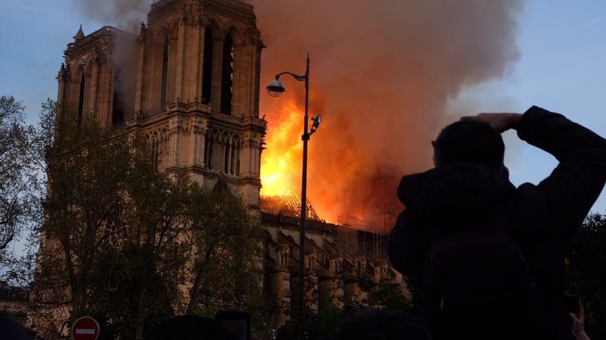 El incendió comenzó en Notre-Dame poco antes de las siete de la tarde.