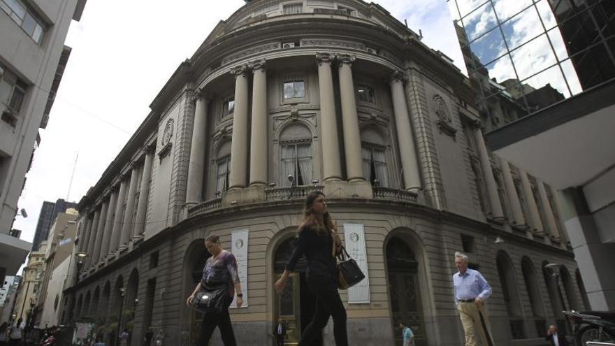 El Gobierno argentino amenaza con multas y clausuras para frenar la inflación