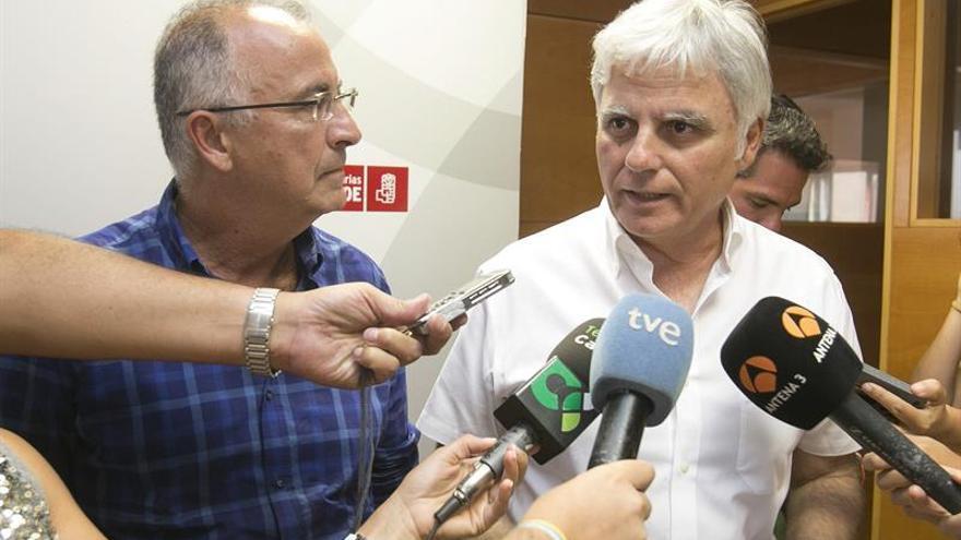 Los dirigentes socialistas Francisco Hdez Espínola (i) y José Miguel Pérez (d) responden a los periodistas tras la reunión de la ejecutiva regional del partido socialista canario.(EFE/QUIQUE CURBELO)