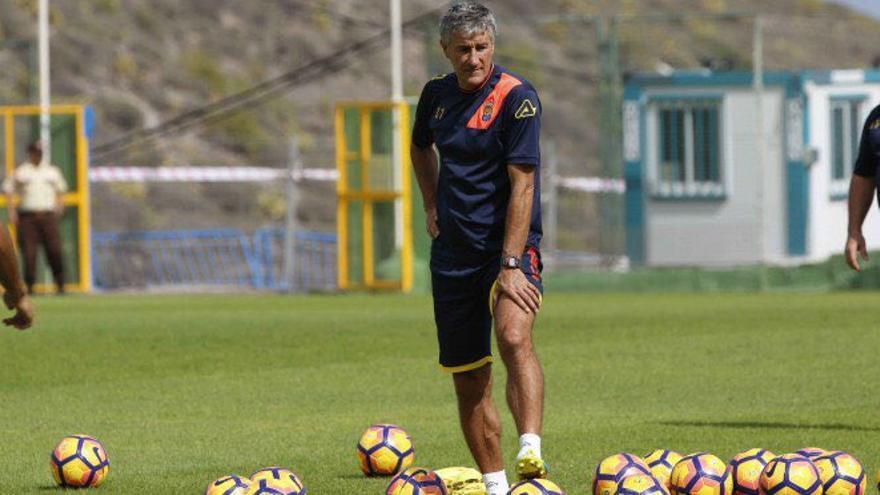 El entrenador de la UD Las Palmas, Quique Setién, durante el entrenamiento en Barranco Seco.