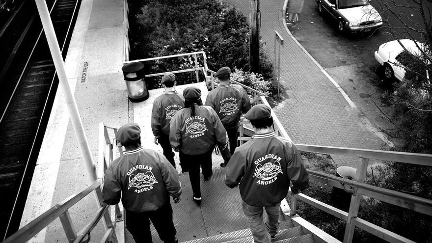 El grupo Guardian Angels de Brentwood tiene 17 miembros y está formado mayoritariamente por personas de origen latino. Esta organización fue fundada en el barrio del Bronx de Nueva York en 1979 para hacer frente a la inseguridad que reinaba en el barrio. Aunque es un grupo desarmado que apuesta por la vigilancia pasiva, en su historial existen algunos casos de violencia excesiva o de divulgación de falsos crímenes para generar publicidad. Durante una patrulla callejera en Brentwood se hace evidente que estos vigilantes cuentan con el apoyo de muchos de sus ciudadanos.