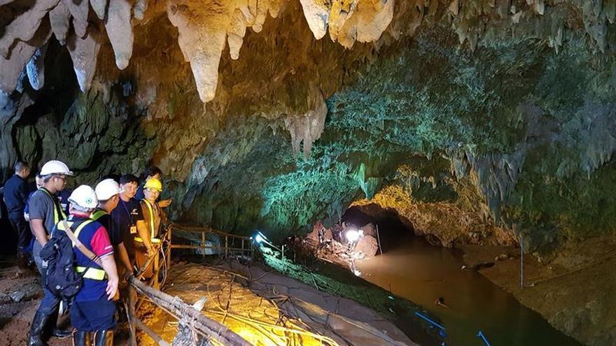 Los 13 atrapados en una cueva de Tailandia no sufren problemas graves de salud