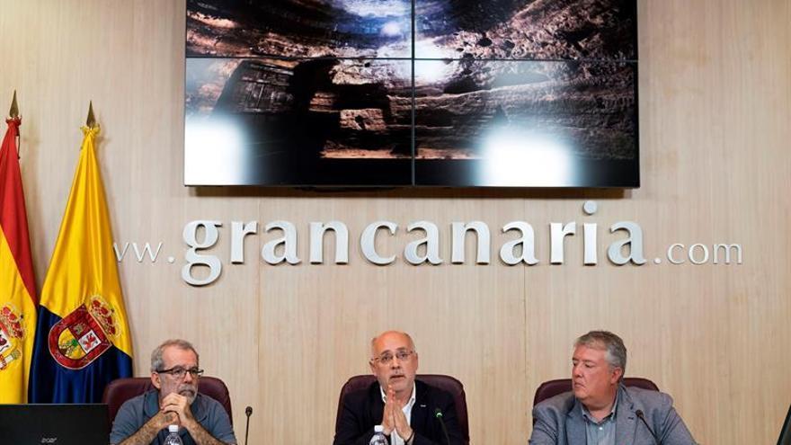 El presidente del Cabildo de Gran Canaria, Antonio Morales (c), acompañado por el arqueólogo Julio Cuenca (i), y por el consejero de Cultura, Carlos Ruiz Moreno (d), durante la presentación del plan para convertir los yacimientos de Risco Caído, en Artenara, y los enclaves sagrados de montaña en referentes de la arqueología mundial