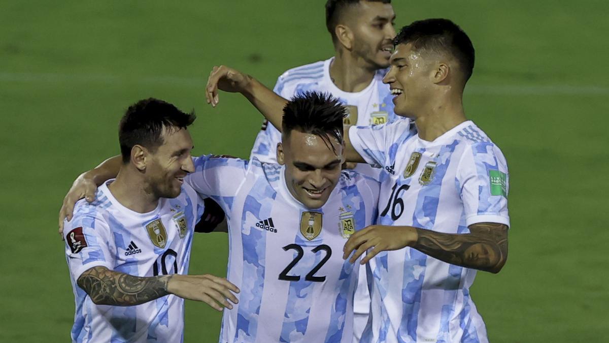 Lautaro Martínez festeja su gol, el primero de Argentina ante Venezuela.