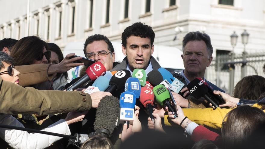 La asociación Infancia Perdida, en su comparecencia ante los medios en la puerta del Congreso de los Diputados.