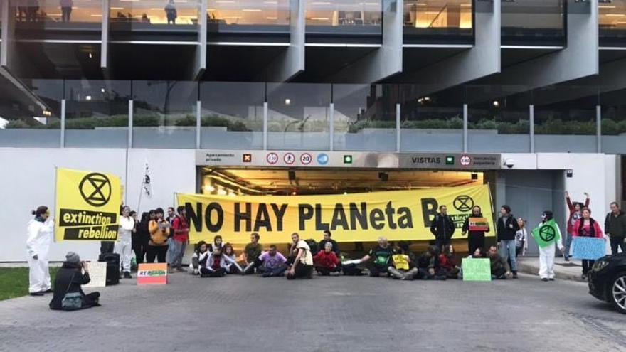 Extinction Rebellion Spain han bloqueado este lunes la entrada de la sede de Repsol en Madrid
