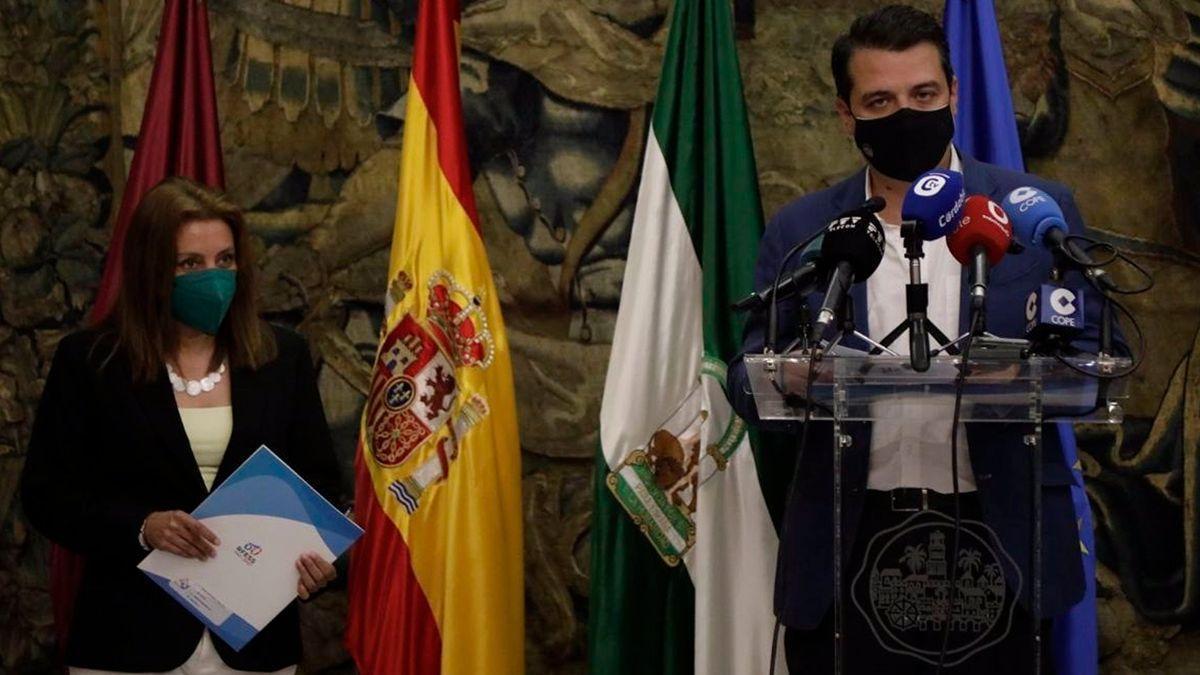 El alcalde de Córdoba, José María Bellido, y la presidenta de la Real Federación Española de Salvamento y Socorrismo, Isabel García Sanz