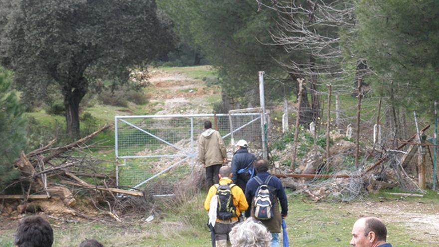 Un grupo de cordobeses, en un camino de la sierra.