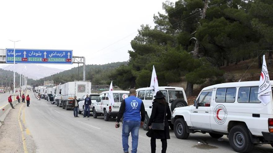 Un convoy con comida entra en una zona asediada del centro de Siria
