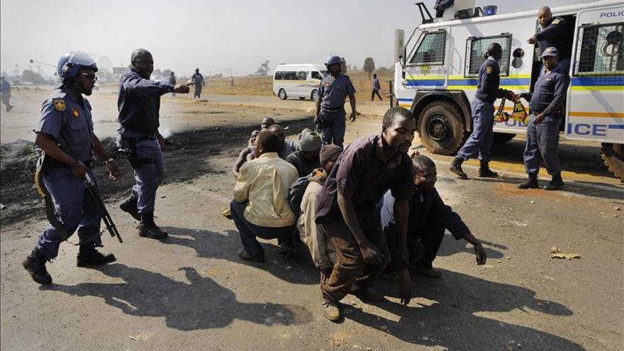 Muere un menor de 15 años de un disparo durante unas protestas en Sudáfrica