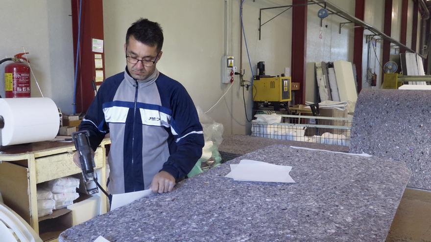 Un trabajador de Mula Confort, en la fábrica de la empresa. Foto: L. G.