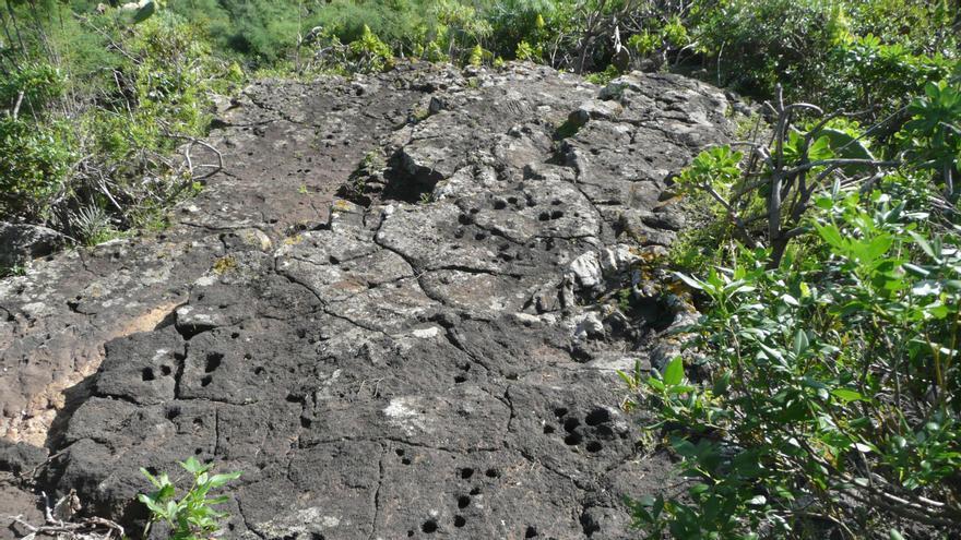 Plataforma de basalto con cazoletas. Foto: Miguel Martín.