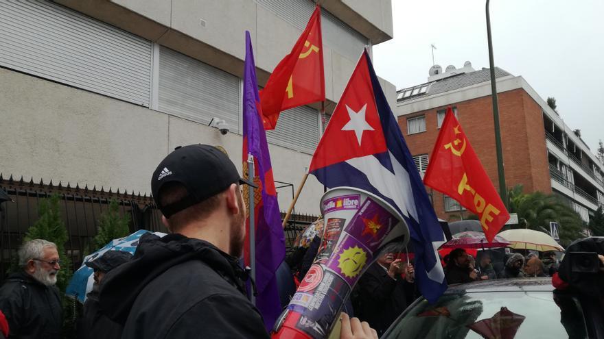 Defensores del comandante Fidel Castro, frente a las puertas de la embajada cubana en Madrid