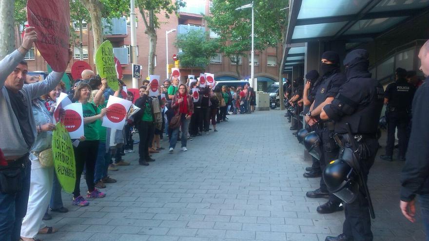 Els activistes de la PAH a les portes del míting de Mas i Trias / Jordi Molina