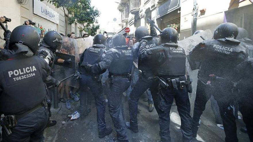 Siete mossos heridos por disturbios en el barrio barcelonés de Gràcia