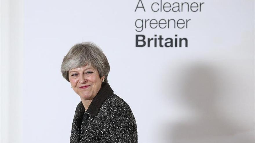 May presenta un plan para eliminar los residuos de plástico en 25 años