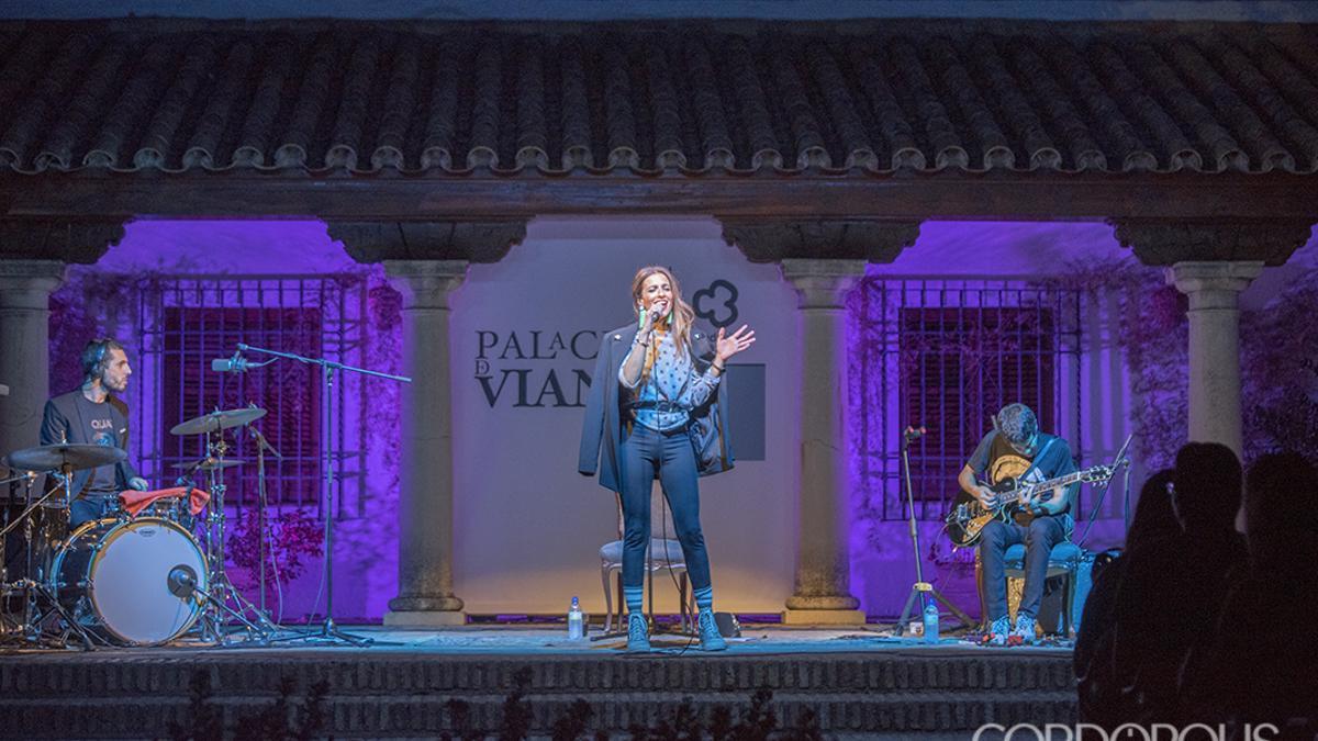 Un concierto de Bebe en el Patio de las Columnas de Viana