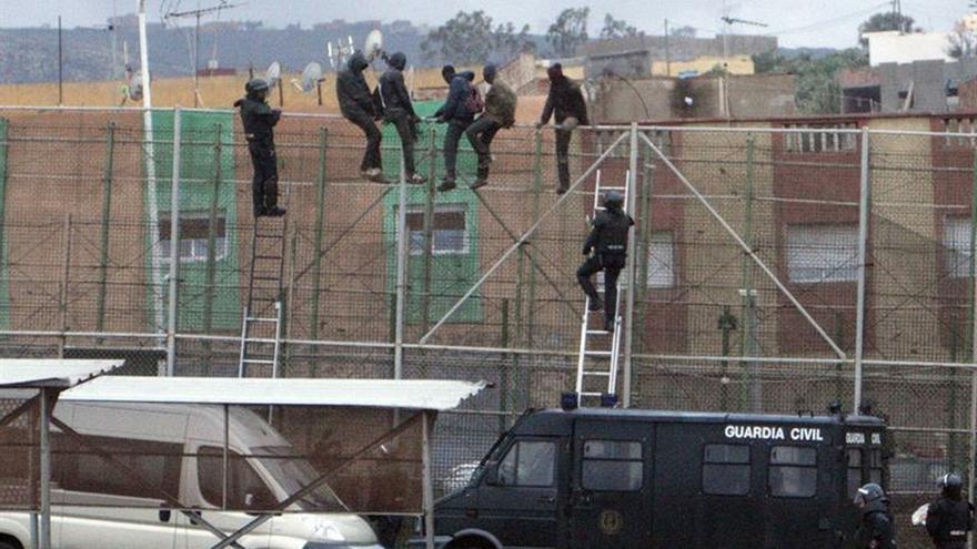 Medio centenar de inmigrantes consiguen entrar a Melilla saltando la valla