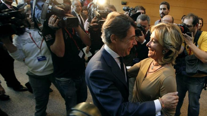 La expresidenta madrileña, Esperanza Aguirre, felicita a Ignacio González tras la sesión de su investidura, el 26 de septiembre de 2012. / madrid.org