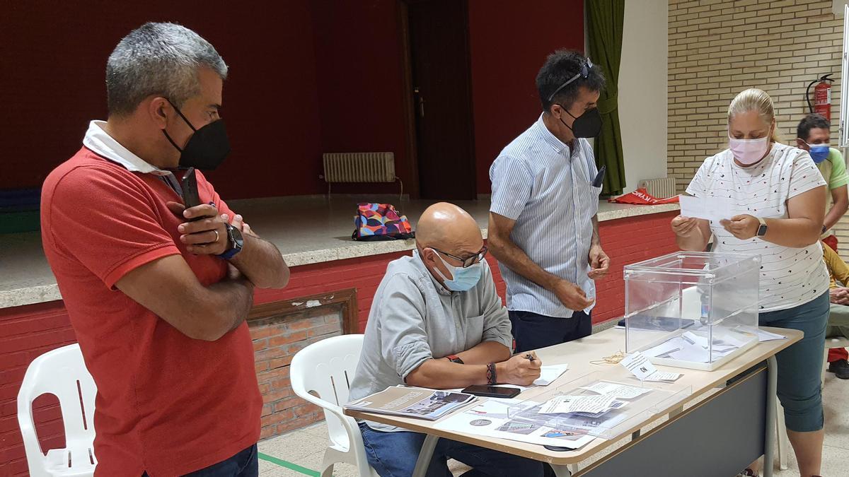 El teniente de alcalde de Villadangos del Páramo, Alberto González, primero por la izquierda, observa el recuento de votos tras el concejo vecinal