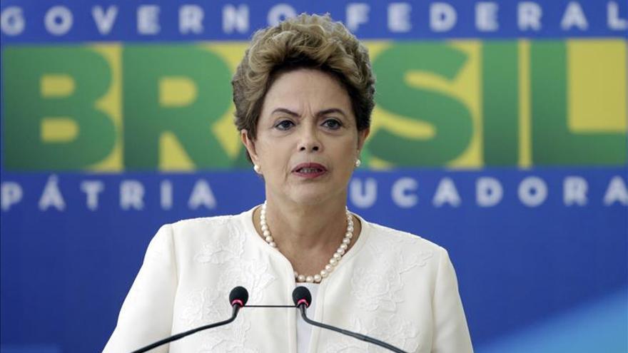 """Rousseff insta a luchar contra el """"golpe"""" y rechaza el juicio en su contra"""