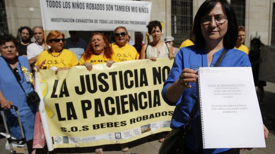 Víctimas del robo de bebés en España reclaman justicia en el Día de la Madre
