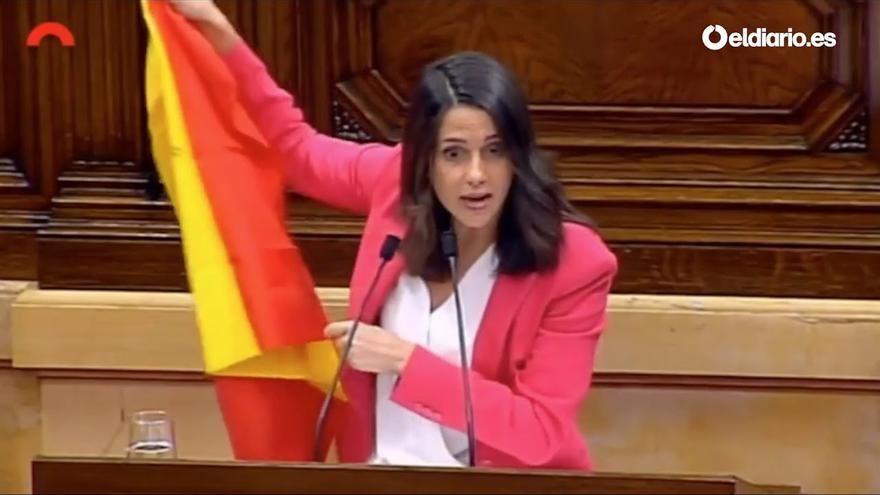 Inés Arrimadas muestra la bandera de España en el atril del Parlament