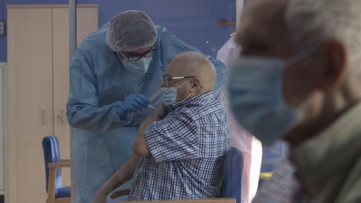 Un sanitario vacuna a un anciano en la residencia de San Pedro del Pinatar, Murcia.